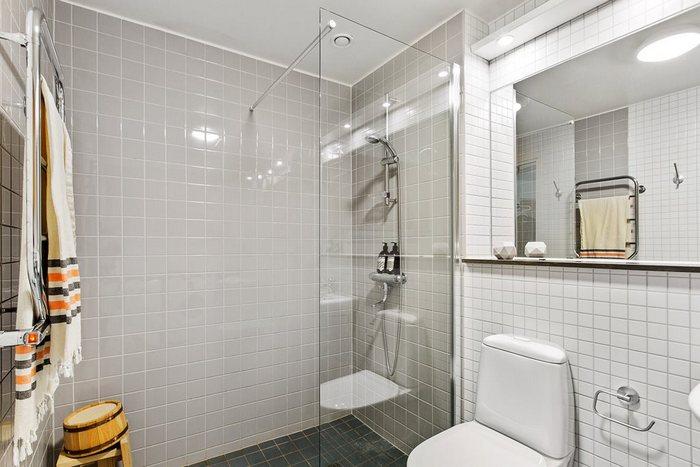 Ванная смотрится визуально больше, чем есть на самом деле.