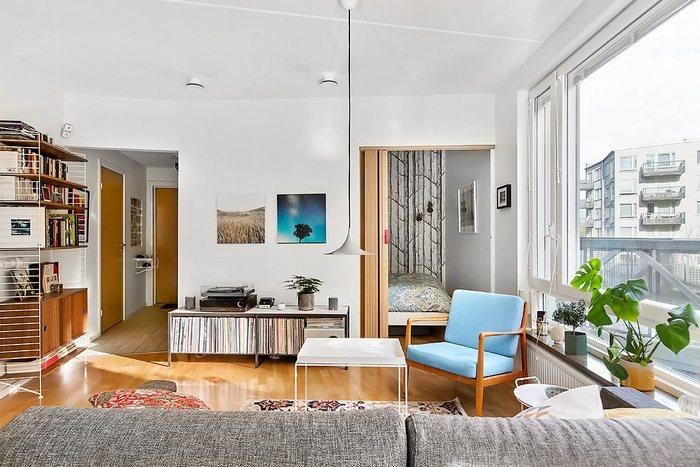 Зона гостиной визуально изолирована от остального пространства.