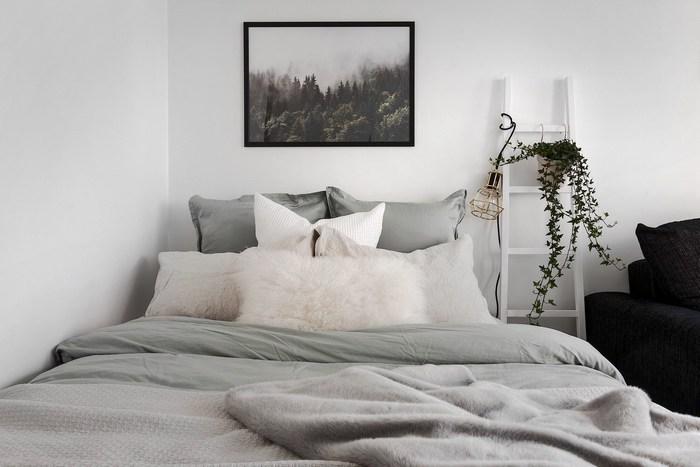 Спальная зона со стильными элементами декора.