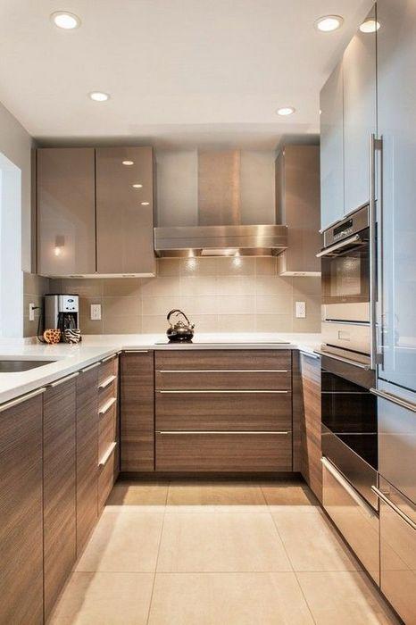 Хорошее освещение на маленькой кухне.