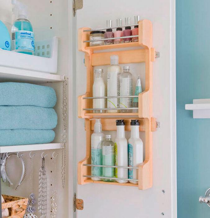 Хранение в маленькой ванной.