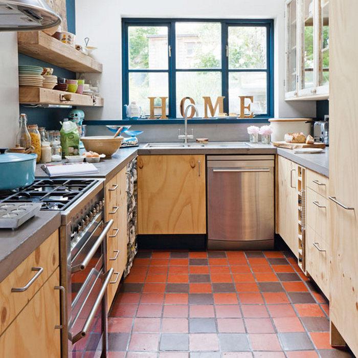 Аккуратная небольшая кухня.
