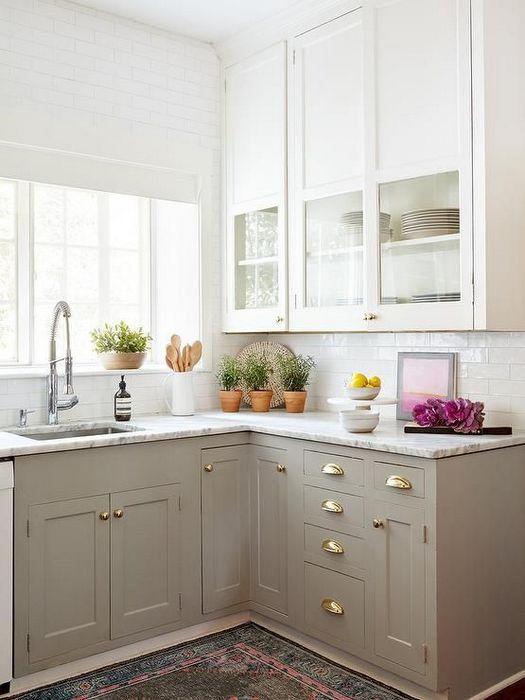 Светлая кухня в деревенском стиле.