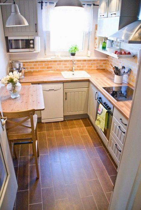 Маленькая кухня в деревенском стиле.