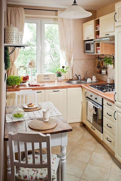 Очень уютный маленький интерьер кухни.