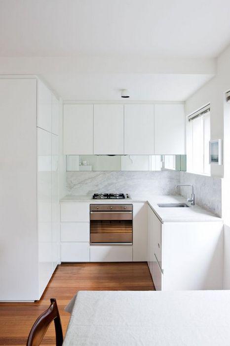 Светлая кухня в стиле минимализм.