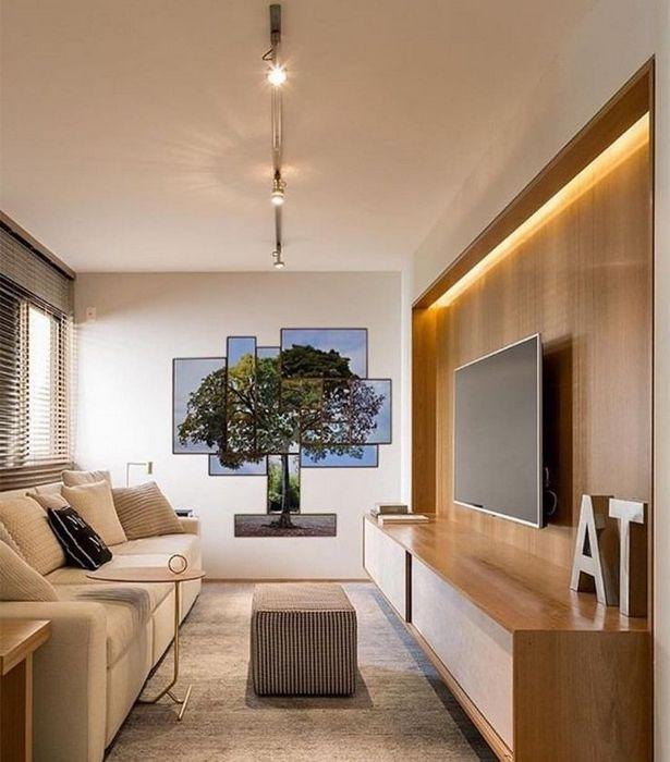 Подсветка панели в зоне ТВ в маленькой гостиной.