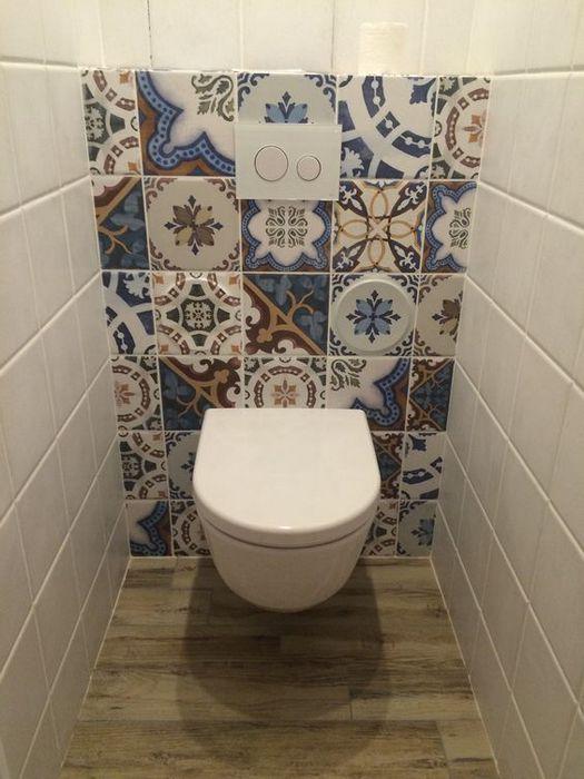 Стильный декор в маленьком туалете.