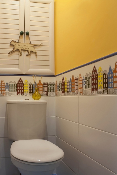 Яркий дизайн для туалетной комнаты.