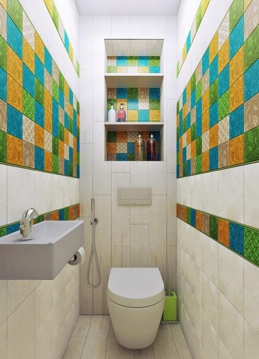 Цветные акценты в маленьком туалете.
