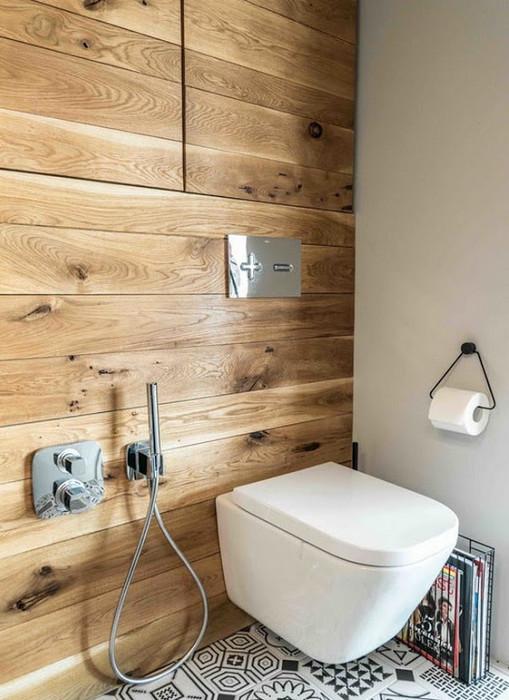 Деревянные доски в качестве настенного декора в маленьком туалете.