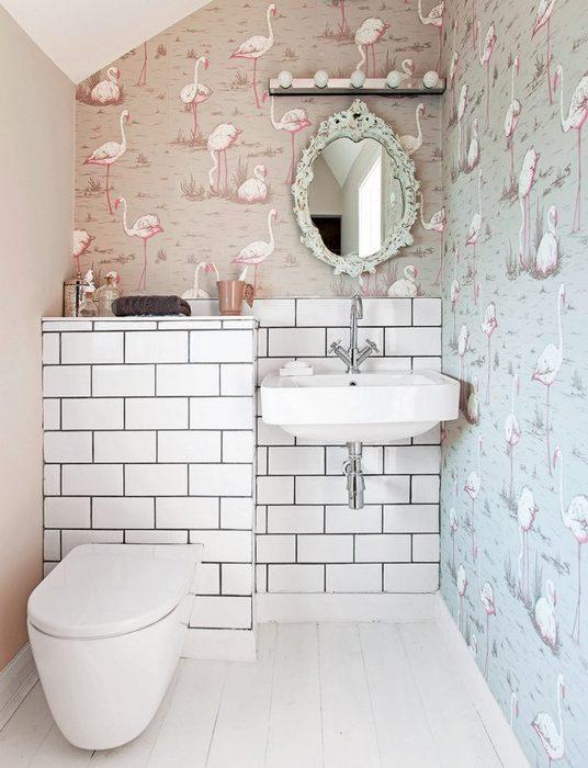 Необычные обои в маленьком туалете.