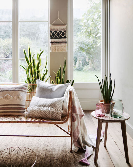 Уютный текстиль в весеннем интерьере.