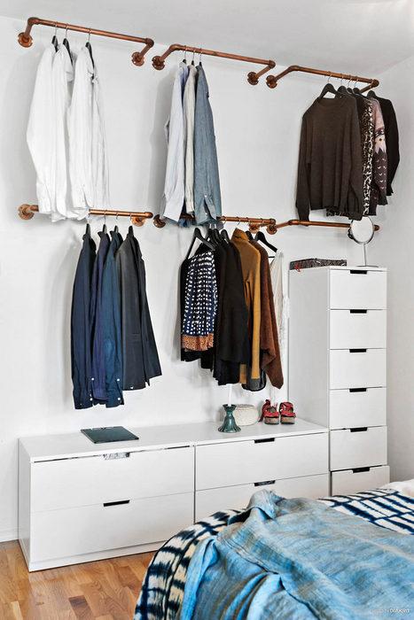 Модный приём хранения вещей в спальне.