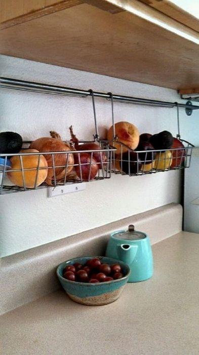 Хранение овощей и фруктов на кухне.