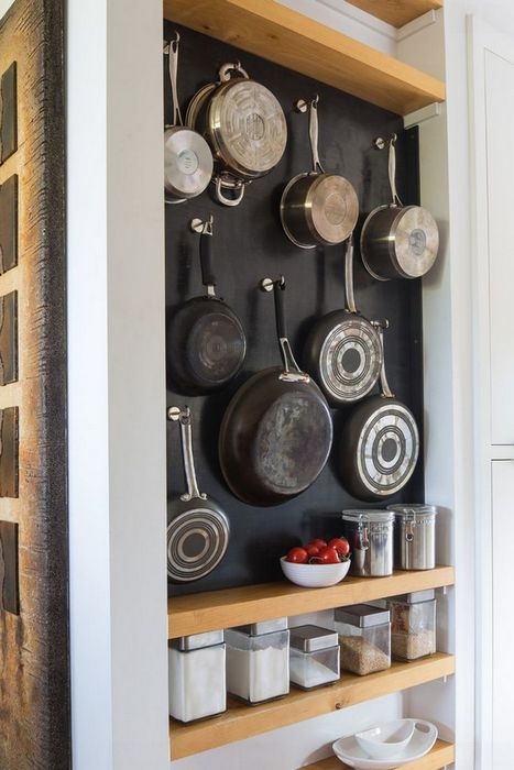 Хранение кухонной утвари на стене.