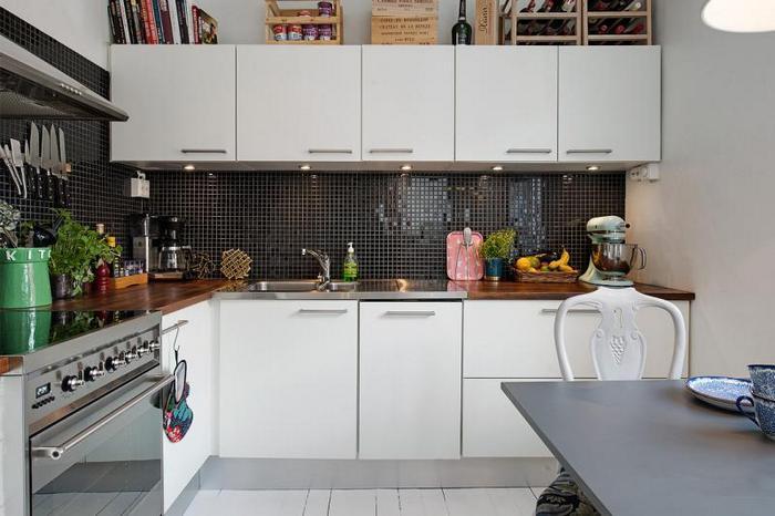 Практичное использование места между шкафчиками и потолком.