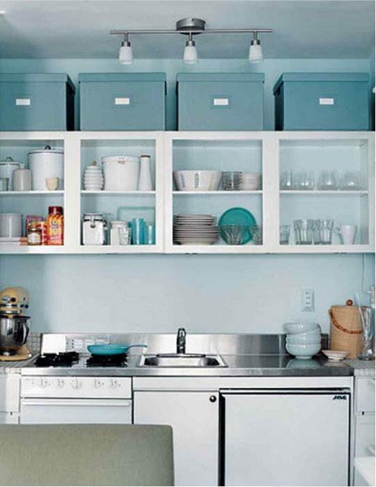 Хранение кухонной утвари в коробах.