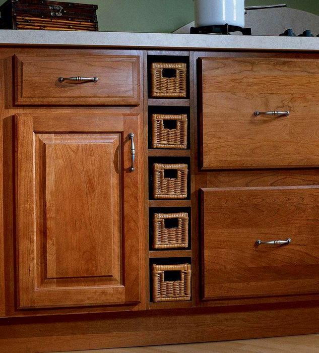 Используйте пространство между шкафами.