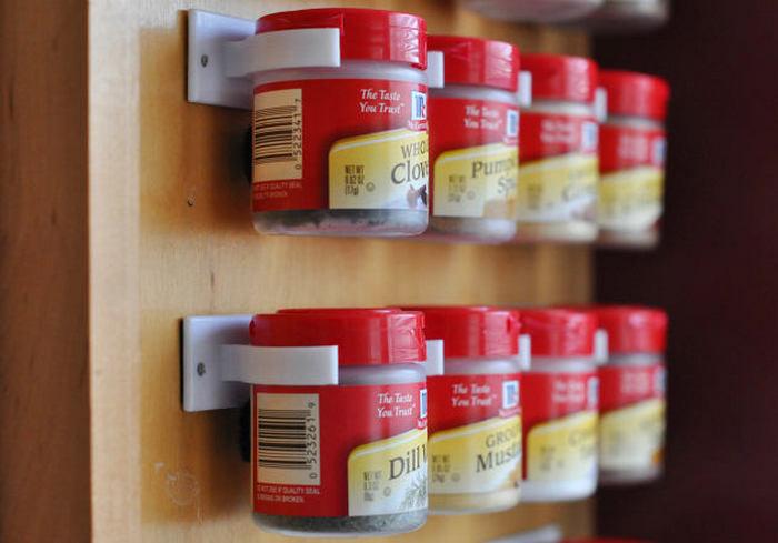 Держатели для специй на внутренней стороне кухонных шкафчиков.