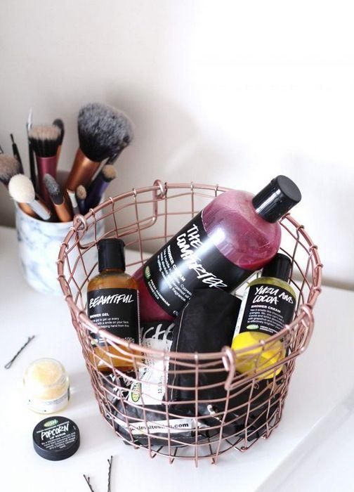 Хранение косметики в корзине.