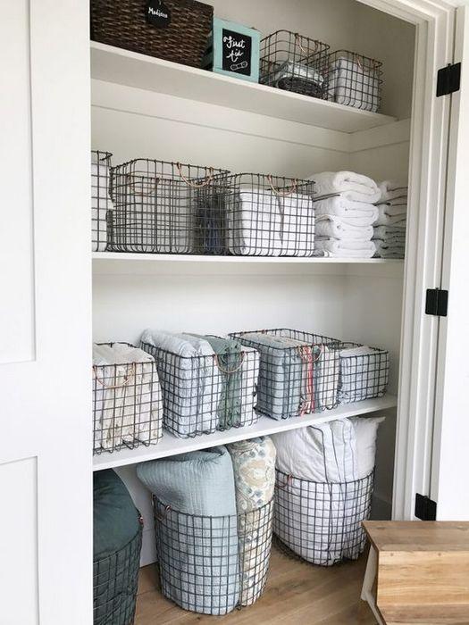 Металлические корзины для хранения чистого белья.