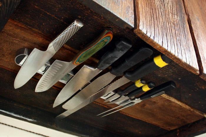 Ножи на магнитах под навесным шкафом.
