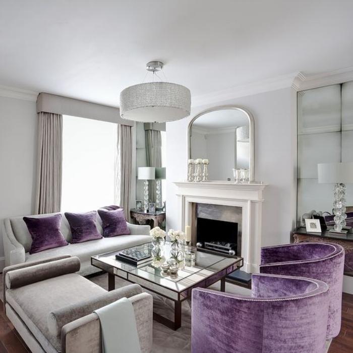 Красивая мебель с фиолетовой бархатной обивкой.