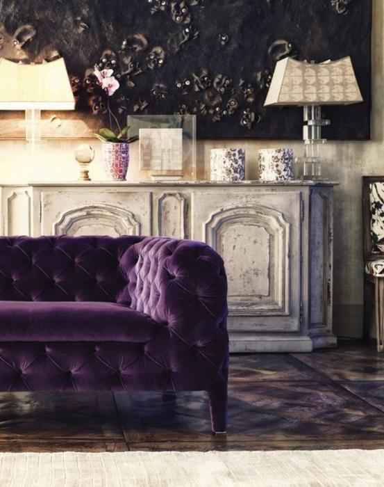 Стильный пурпурный диван.