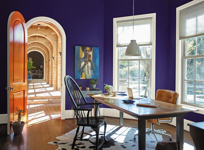 Тёмно-фиолетовые стены в интерьере.