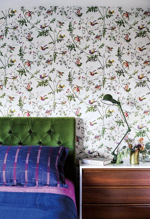 Фиолетовый акцент на декоративные подушки.