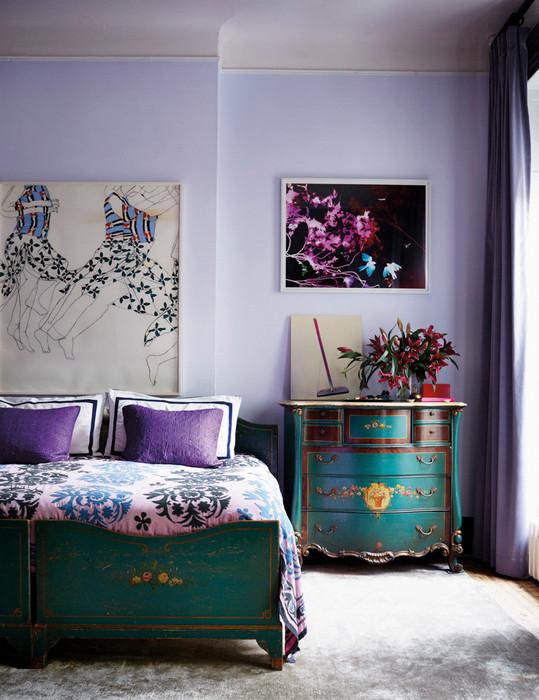 Фиолетовые акценты в спальне.