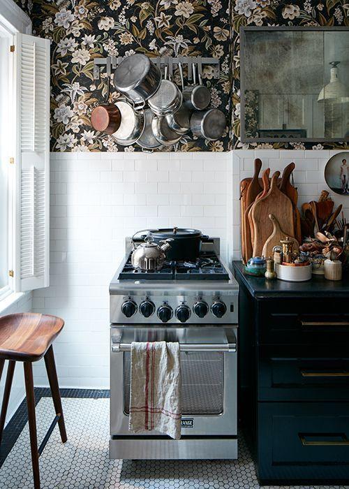 Сочетание обоев и краски в кухне.