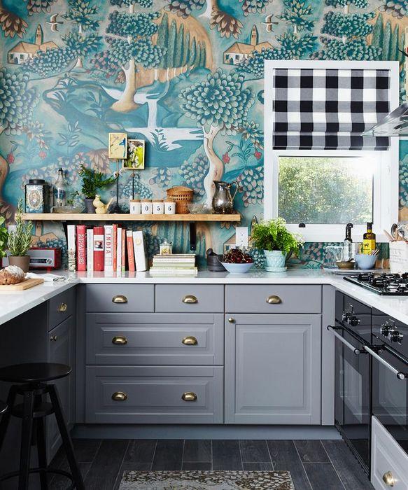 Обои красиво дополняют пространство кухни.