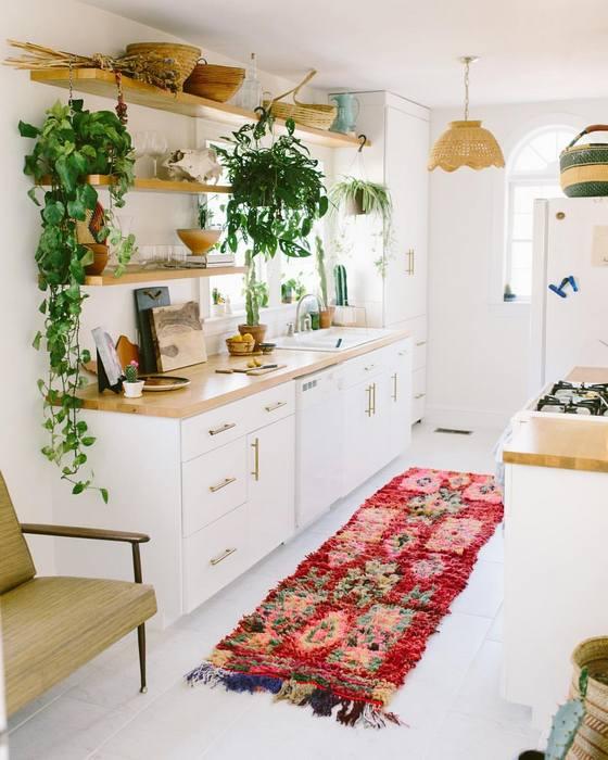 Красивый ковёр в интерьере белой кухни.