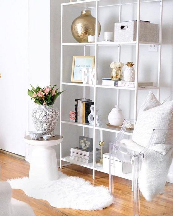 Разнообразие материалов в белом интерьере.