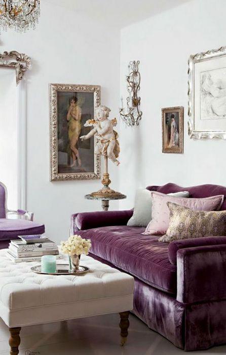 Красивый пурпурный диван в белой гостиной.