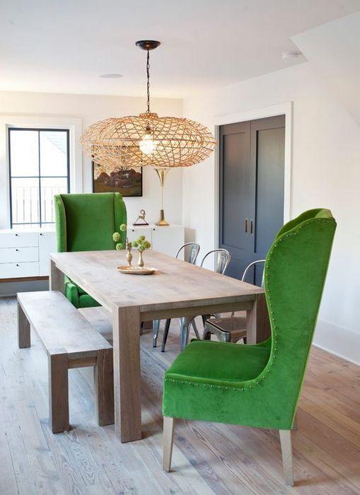 Яркие кресла в монотонной столовой.