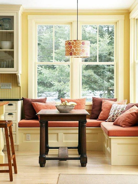 Угловая столовая у окна.