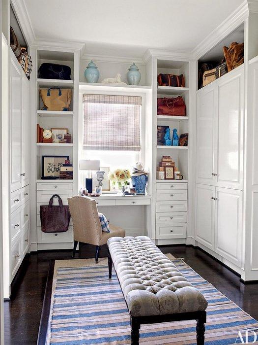 Использование пространства около окна в гардеробной комнате.