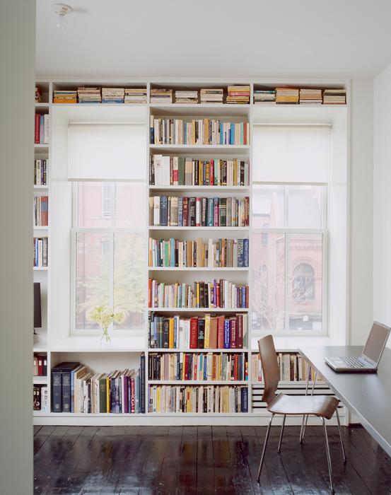 Хранение книг между двумя окнами.