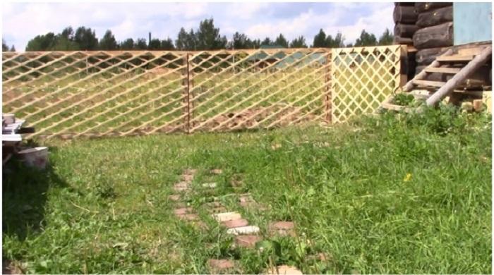 Такой забор получился у мастерицы.