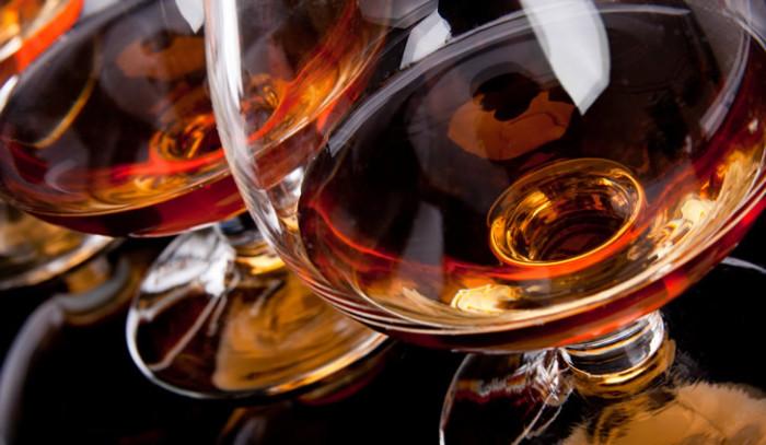 Спиртные напитки насыщенного темного цвета. | Фото: Cherrymonk.
