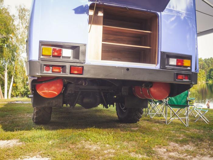 Автомобиль переведен на газ, но по желанию клиента мастера могут установить дизельный двигатель. | Фото: pikabu.ru.