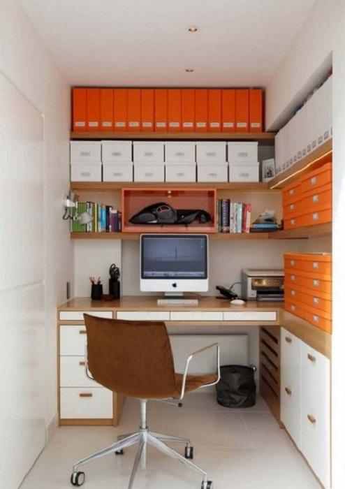 Рабочее место возле глухой стены вызывает дискомфорт. / Фото: moidom.boltai.com