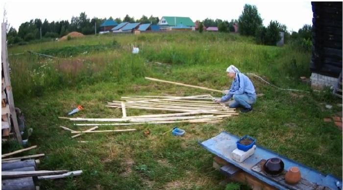 Чтобы оградить свой участок от непрошенных гостей, Юлия собственноручно сделала забор.