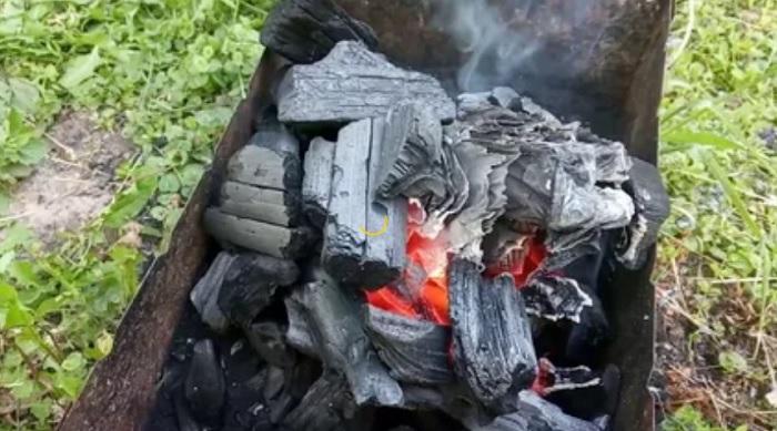 Поджигаем и накрываем углем. |Фото: youtube.com