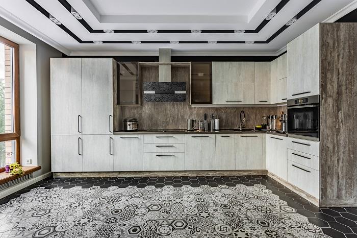 Оттенок молочного шоколада в дизайне кухонного фартука в квартире г. Реутов. Ремонт от Icon Interiors.