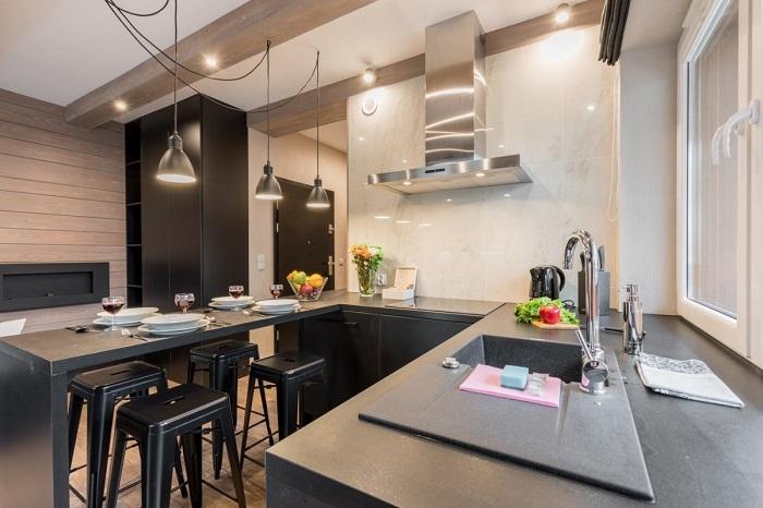П-образная кухня с барной стойкой сбоку и раковиной у окна.