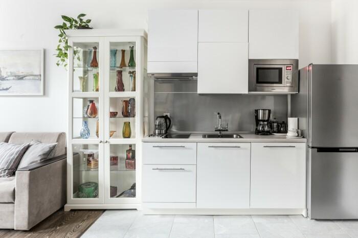 Белая кухня в скандинавском стиле в квартире в центре Москвы. Ремонт от Icon Interiors.